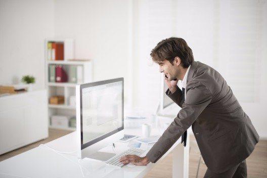 Speziell bei den Informatikern zeigt sich, dass im Hinblick auf ihre Arbeitslosenquote Erklärungsbedarf besteht. (Bild: © Jack Frog - shutterstock.com)