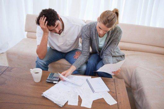 Ärmere Haushalte mit Schulden werden durch den Niedrigzins entlastet (Bild: © wavebreakmedia - shutterstock.com)