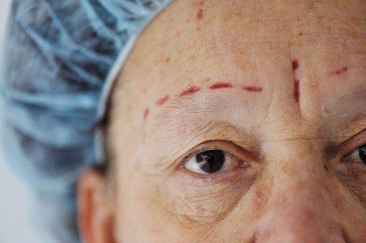 Mit über 40 ist das Alter zunehmend im Gesicht sichtbar. (Bild: © Zurijeta - shutterstock.com)