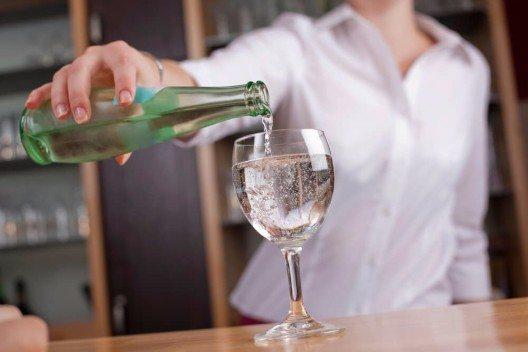 Nestlé machte aus einfachem Leitungswasser Tafelwasser und verkaufte dieses an Gaststätten. (Bild: © racorn - shutterstock.com)
