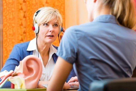 Wie sagt man jemandem, dass er nicht mehr gut hört und vielleicht ein Hörgerät ausprobieren sollte? (Bild: © Kzenon - shutterstock.com)