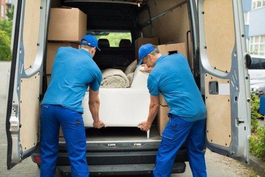 Online-Möbelhäuser bieten natürlich immer die Lieferung mit an. (Bild: © Andrey_Popov - shutterstock.com)