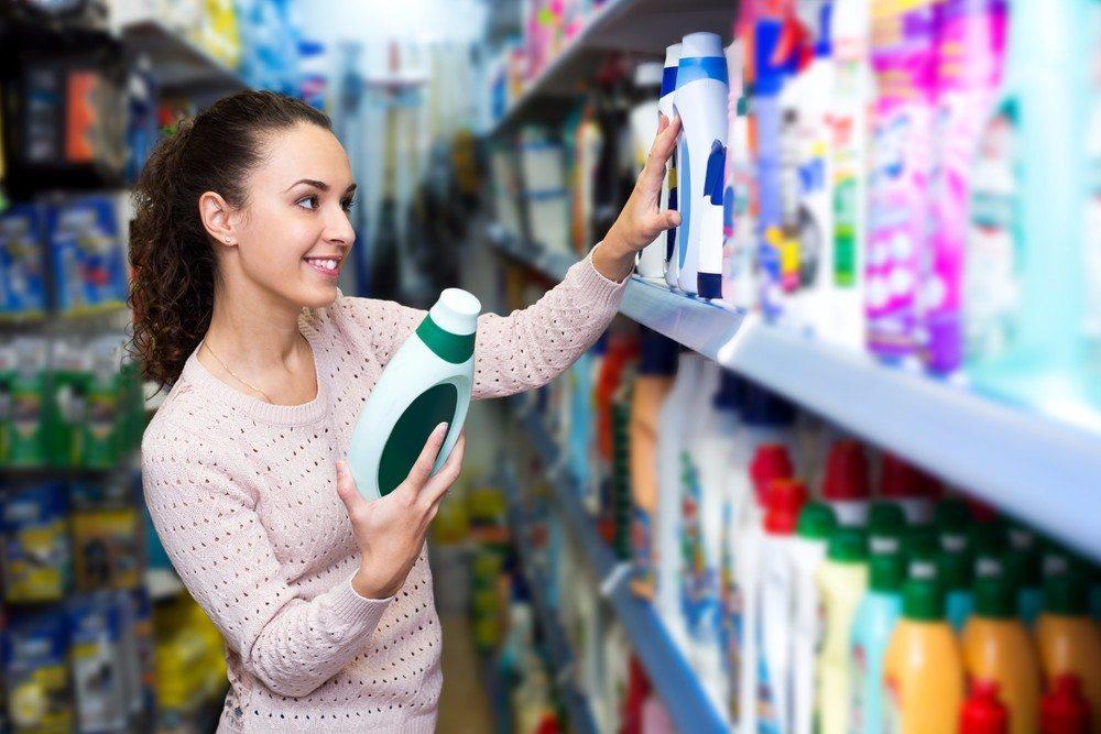 Waschmittel und Zusatzprodukte intelligent auswählen (Bild: © Iakov Filimonov - shutterstock.com)