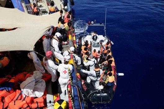 Mitarbeiter von MOAS in Rettungsaktion (Bild: © obs/Schweizerisches Rotes Kreuz / Croix-Rouge Suisse/Yara Nardi)