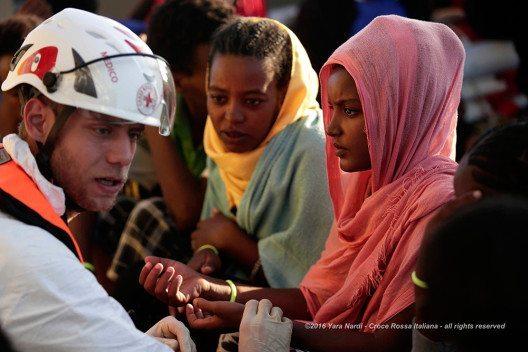 Die Hilfsorganisation MOAS (Migrant Offshore Aid Station) in Aktion, die von einem Rot-Kreuz- medizinisches Team unterstützt. (Bild: © obs/Schweizerisches Rotes Kreuz / Croix-Rouge Suisse/Yara Nardi)