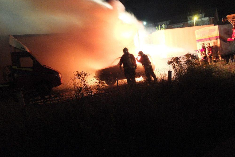 An der Rheinstrasse hat ein brennendes Auto einen Gebäudebrand ausgelöst.