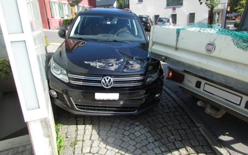 Schwanden: Kollision mit Lieferwagen