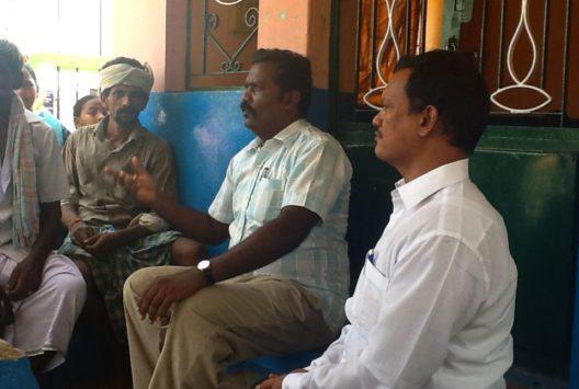 Muruganantham (1.v.r.) diskutiert mit den Männern des Dorfes, die gegen die Installation seiner Bindenmaschine sind. (Bild: erdbeerwoche)