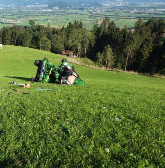 Bei einem Traktorunfall wurde die 17-jährige Lenkerin verletzt.