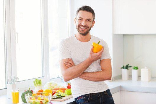 Um die Nerven zu schonen, ist eine gesunde Ernährung unverzichtbar. (Bild: g-stockstudio – Shutterstock.com)