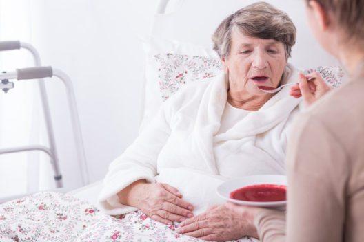 Viele wünschen sich, ihre Nächsten zu Hause zu pflegen. (Bild: Photographee.eu – Shutterstock.com)