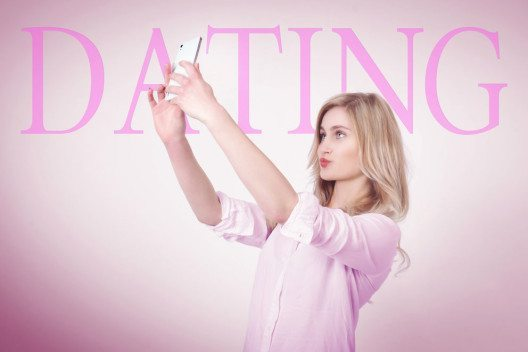 Heute läuft das Kennenlernen bevorzugt über Mobile Dating. (Bild: Vitabello1 – Shutterstock.com)