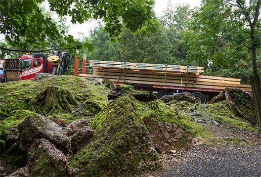 Transport der Holzelemente (Bild: © Natur- und Tierpark Goldau)