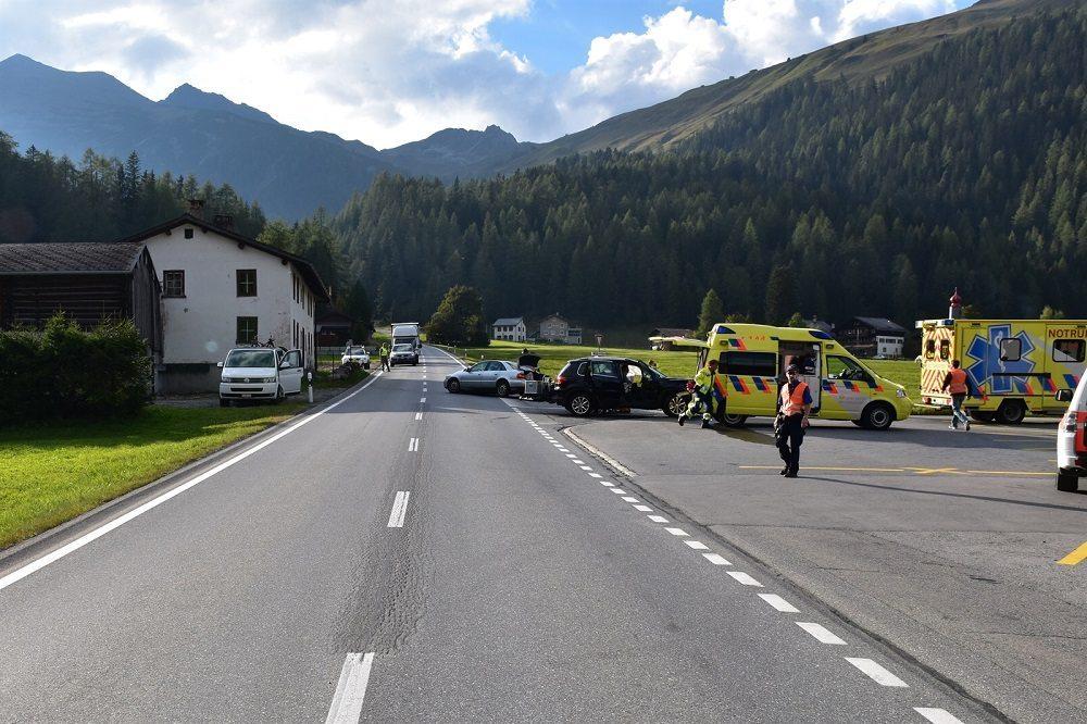 Bei dieser Kollision entstand an beiden Fahrzeugen Sachschaden. (Bild: © Kantonspolizei Graubünden)