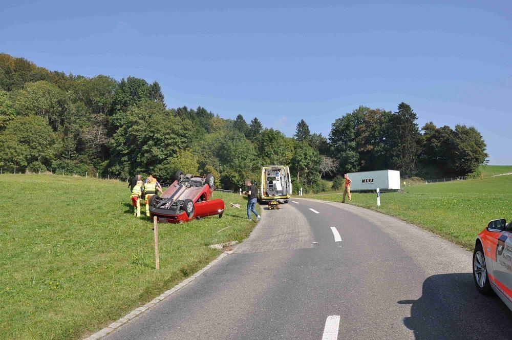 Im angrenzenden Wiesland überschlug sich das Auto, welches schliesslich auf dem Dach liegend zum Stillstand kam.