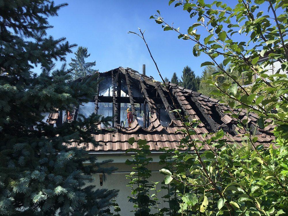 Ein Brandausbruch in einem Einfamilienhaus forderte den Einsatz von mehreren Feuerwehren.