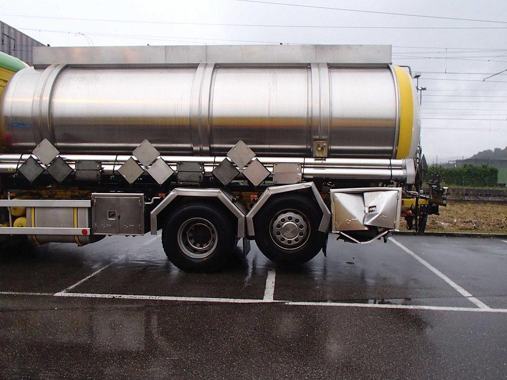 Auch der Lastwagen wurde erheblich beschädigt.