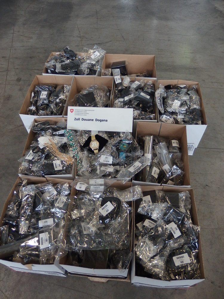 Luftfrachtsendung mit 25 kg Uhren, Halsketten, Ohrstecker und Fingerringe. (Bild: © Eidgenössische Zollverwaltung EZV)