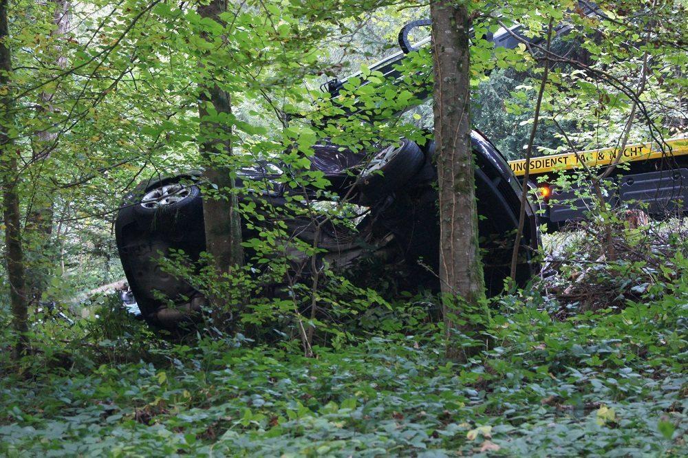 Bei einem Selbstunfall ist ein 22-jähriger Autofahrer schwer verletzt worden. (Bild: © Kantonspolizei Zug)