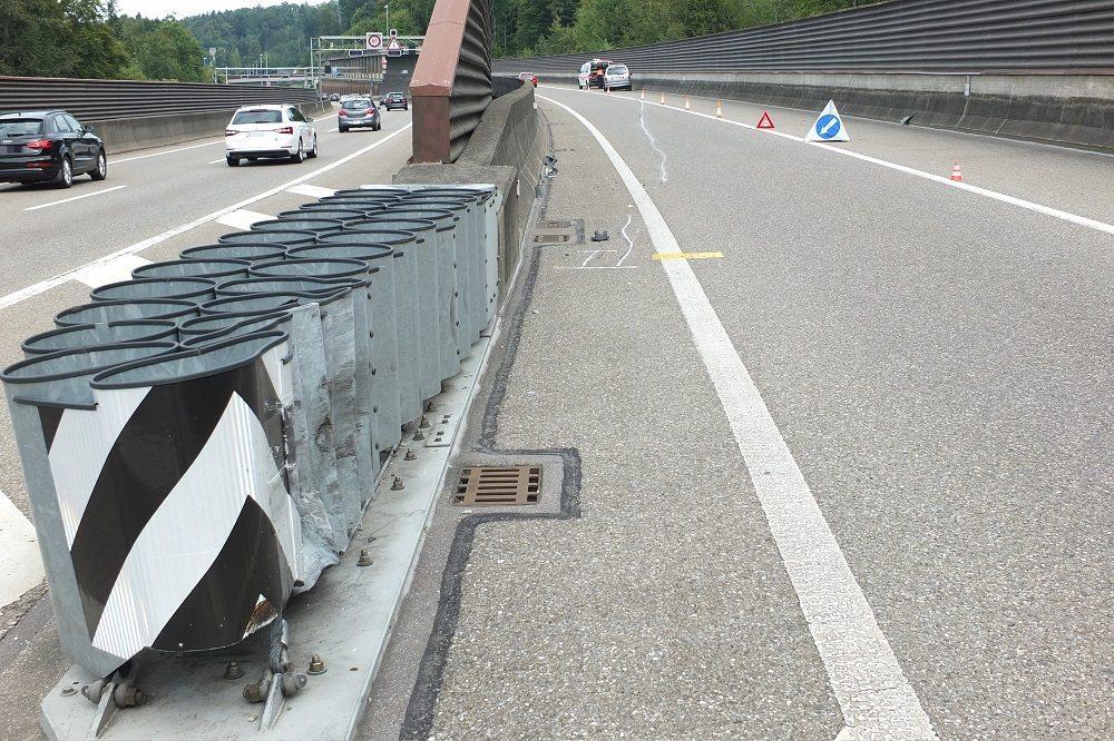 Ein 49-jähriger Autofahrer hat auf der Autobahn A1, im Bereich des Anschlusswerkes Kreuzbleiche, Fahrtrichtung Schorentunnel, einen Selbstunfall verursacht.