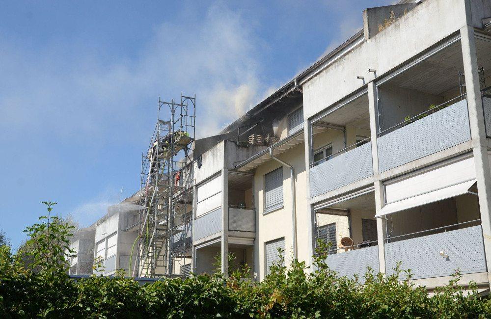 Brand auf dem Balkon einer Dachwohnung in Allschwil