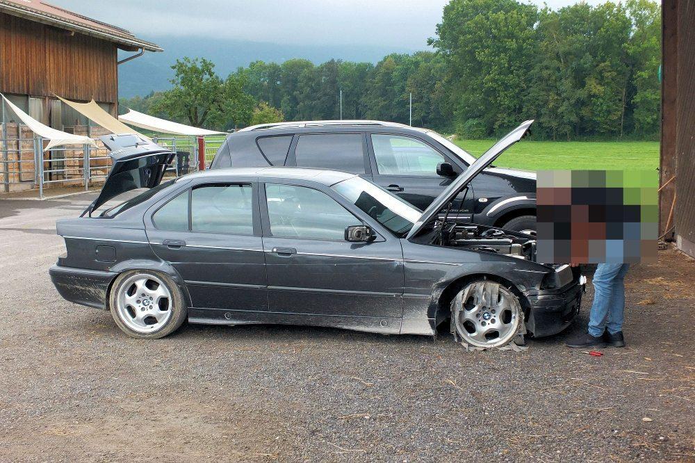 Der gestohlene schwarze BMW D wurde mit Unfallschäden aufgefunden. (Bild: Kapo St.Gallen)