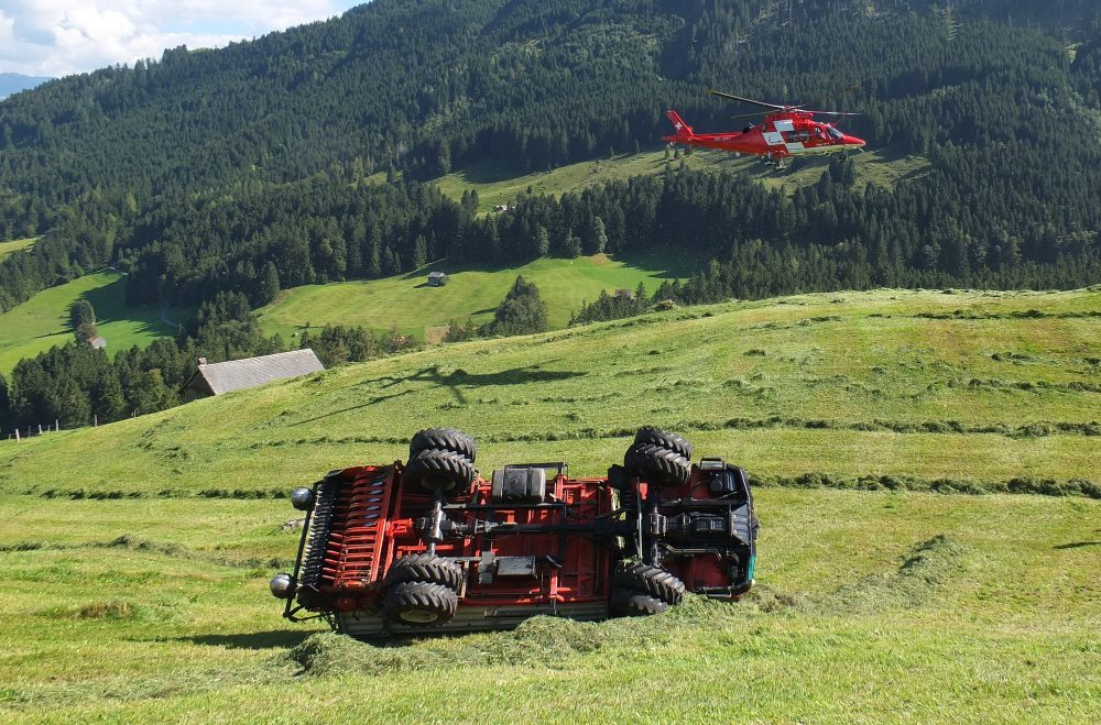 Ein landwirtschaftliches Transportfahrzeug ist gekippt.