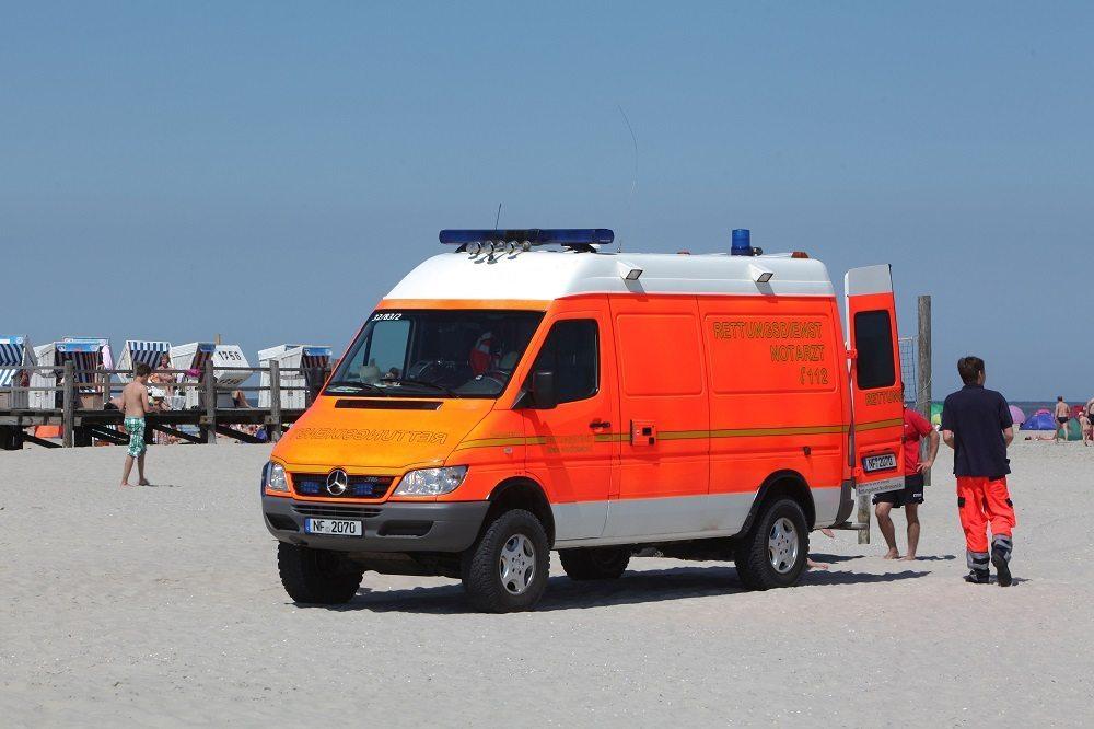 Ein Krankenwagen im Einsatz am Strand von Sankt Peter-Ording, ein Kind hat sich leicht verletzt. (Bild: © KEYSTONE/CARO/Caro / Seeberg)