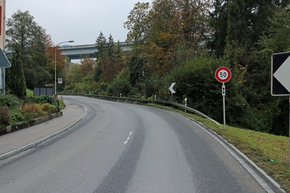 Auf Höhe der Liegenschaft Nr. 60 kollidierte der Autofahrer mit einem auf der Strasse liegenden Autopneu. (Bild: © Stadtpolizei St.Gallen)