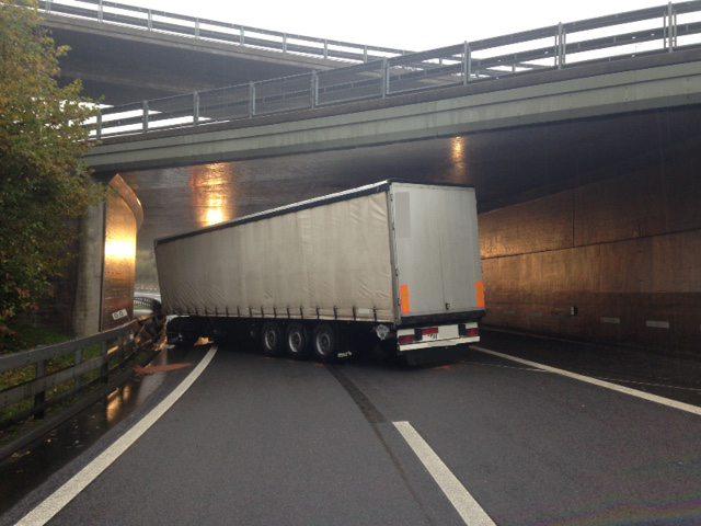 Der Unfall führte zu massiven Verkehrsbehinderungen auf dem Zuger Strassennetz. (Bild: © Kantonspolizei Zug)
