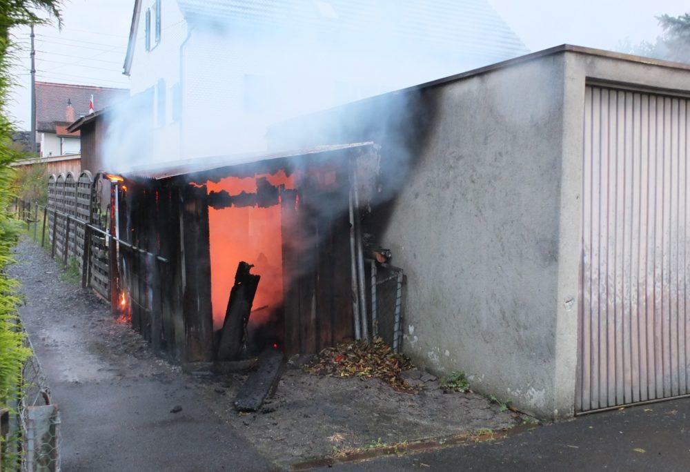 Das Feuer weitete sich anschliessend auf den angrenzenden Holzschopf aus. (Bild: © Kantonspolizei St.Gallen)