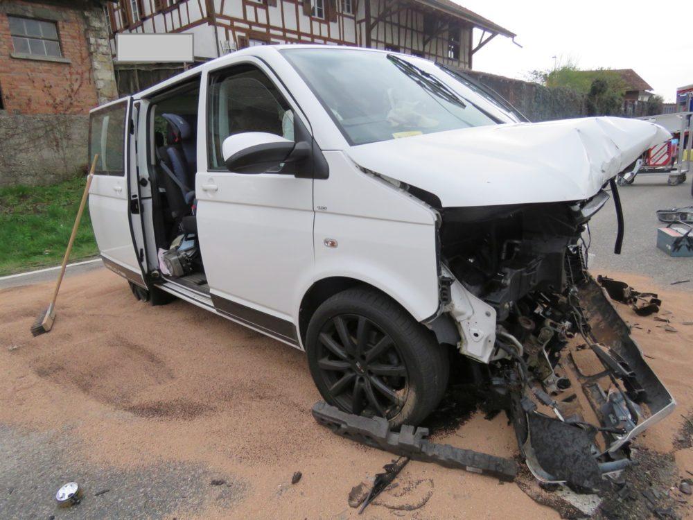 Heftige Frontalkollision zwischen VW-Bus und BMW: Fünf Personen im Spital