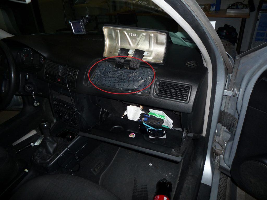 Fund von diversem Diebesgut beim Grenzübergang Schaanwald am 30. September 2017. Unter anderem zwei Mobiltelefone, versteckt im Airbag-Bereich.