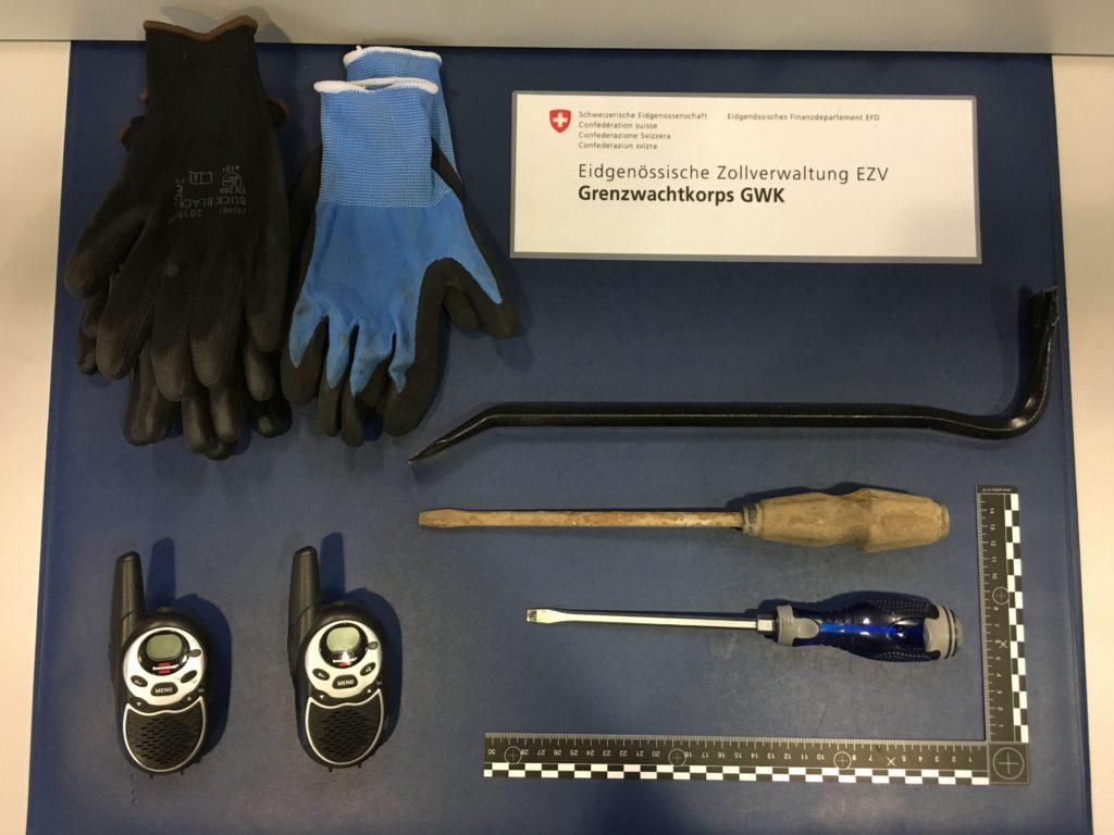 Sicherstellung von mutmasslichem Tatwerkzeug am 25. Mai 2017 beim Grenzübergang Martina. Der Mann aus Litauen war wegen Diebstahl, Sachbeschädigung und Hausfriedensbruch zur Fahndung ausgeschrieben.