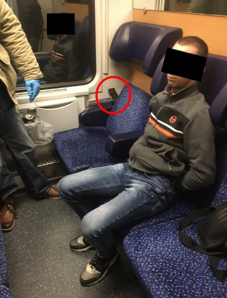 Gesuchter Einbrecher, angehalten im April im Zug von Buchs nach Zürich. Der Serbe führte eine Pistole mit sich (roter Kreis).