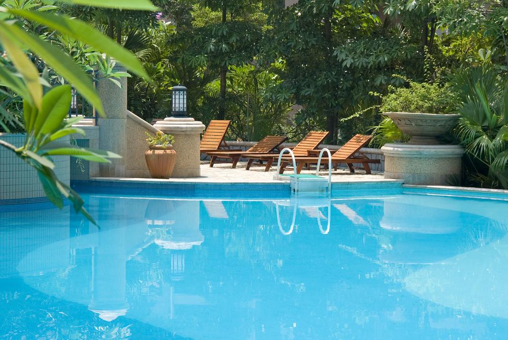 Das Wasser im Gartenpool muss regelmässig gereinigt werden. (Bild: rodho - shutterstock.com)