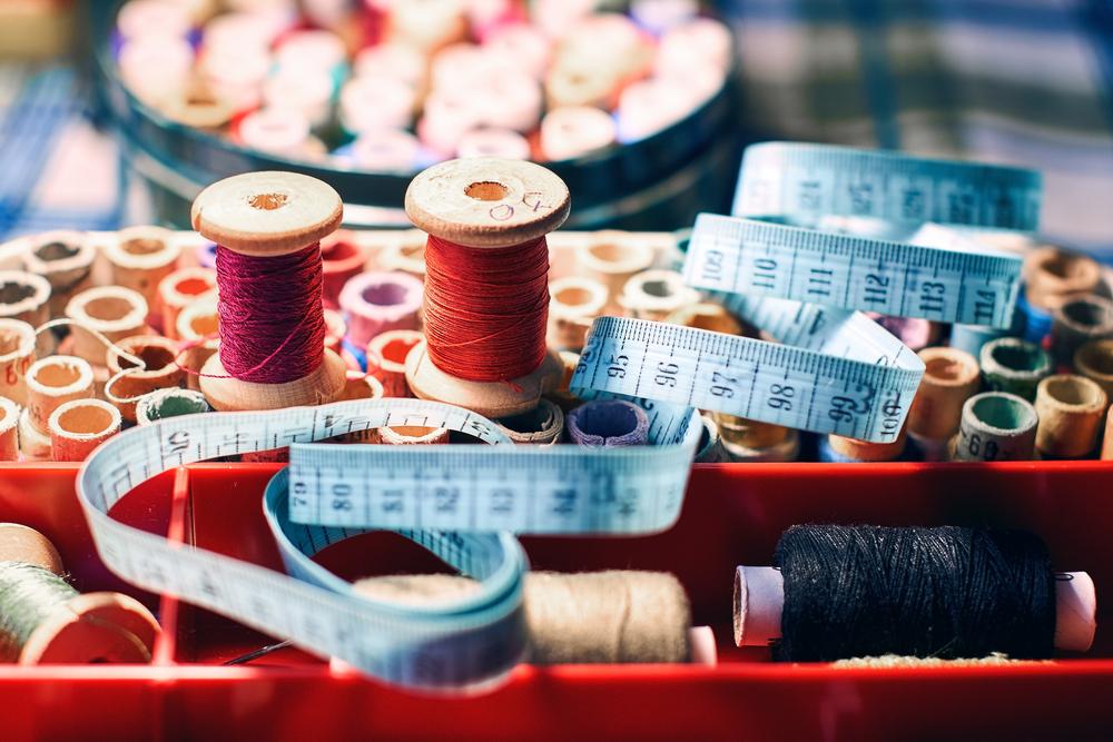 Im Stoffladen Letten alles rund ums Nähen finden (Symbolbild: Oleksandr Berezko - shutterstock.com)