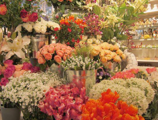 Üppiges Angebot an schönen Kunstblumen