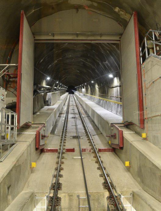 Die unterirdische Standseilbahn garantiert permanent geschützten Zugang zur höhergelegenen RZ-Kaverne.