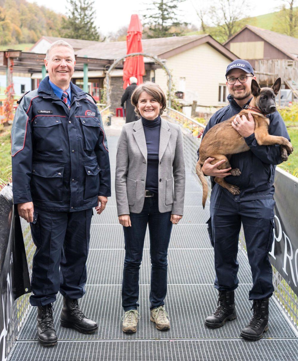Polizeikommandant Mark Burkhard, Sicherheitsdirektorin Kathrin Schweizer, Peter Aebi (technischer Leiter Sondereinheit Sirius) und Junghund Iras vom Löwenfels