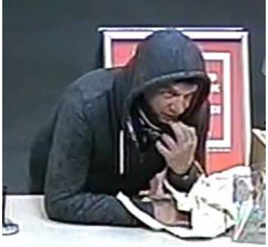 Bankfiliale überfallen – nach dem Täter wird mit Video und Bildern gefahndet