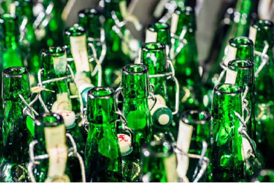In der modernen Abfüllanlage werden die alten Flaschen gründlich gereinigt, ...