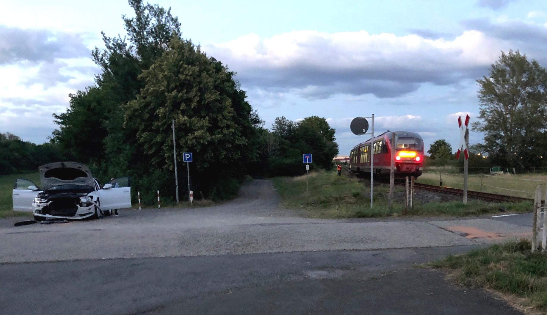 beteiligte Fahrzeuge, Zug und PKW am Bahnübergang in Fritzlar; Quelle: Bundespolizei