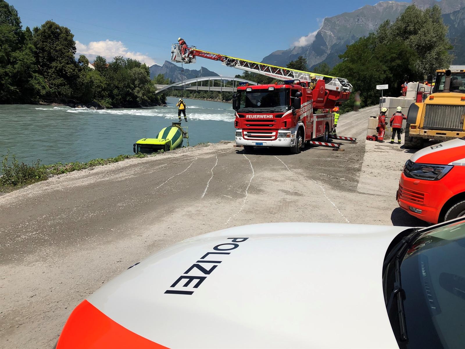 Feuerwehr sichert das Fahrzeug