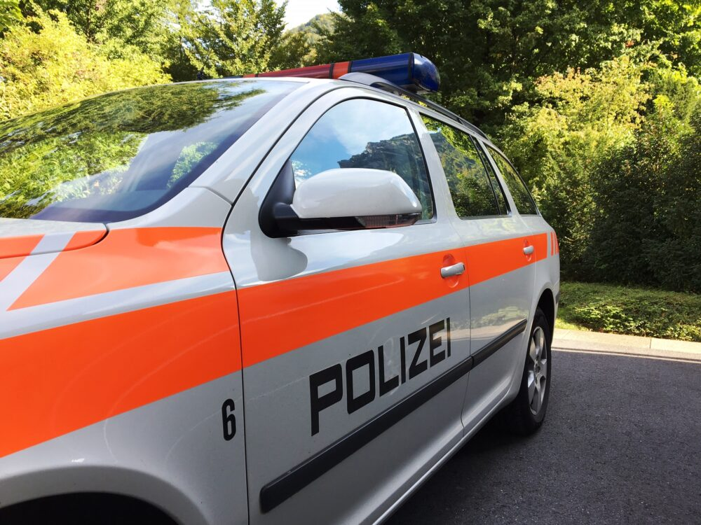 Von einem Einsatz bei Notrufen über die Tatbestandsaufnahme bei Verkehrsunfällen bis zur Klärung von Familienstreitigkeiten sind die Regionalpolizisten und -polizistinnen bei zahlreichen Ereignissen als erste vor Ort. (Bildquelle: Kapo Glarus)