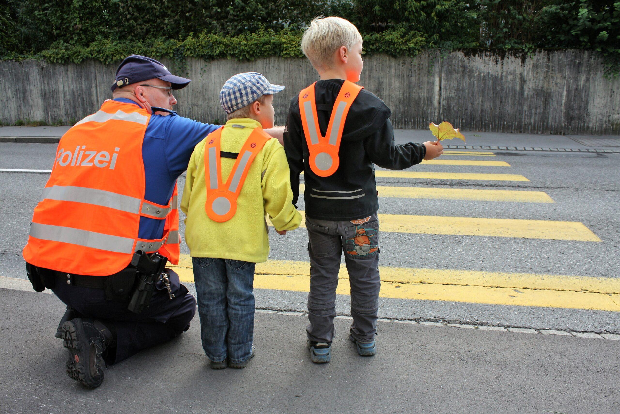 Die Umsetzung der Strassenverkehrsgesetze gehört ebenso wie die Verkehrserziehung von Kindern zu den Aufgaben der Bediensteten. (Bildquelle: Kapo Glarus)