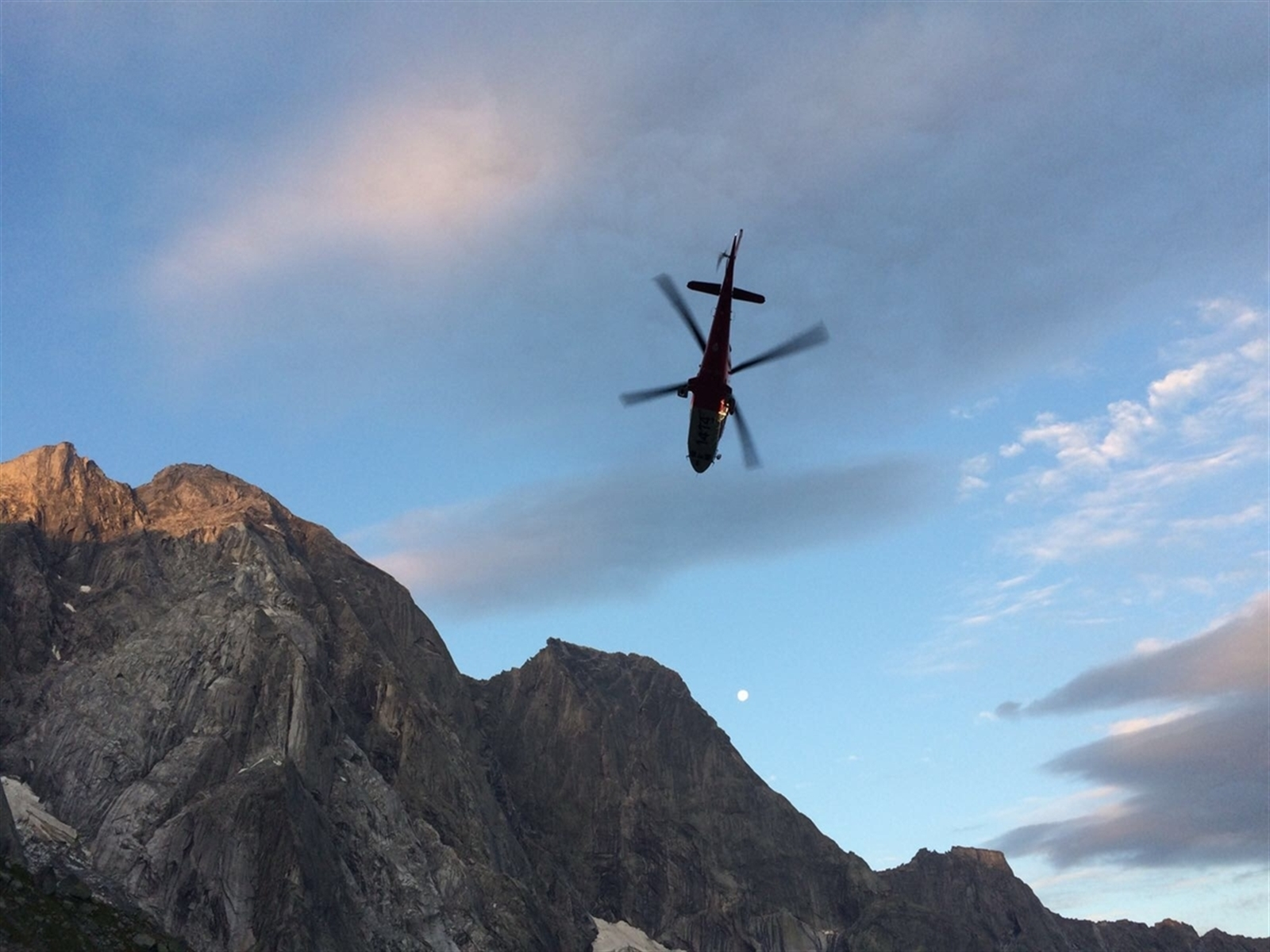 Der Polizeiflugdienst koordiniert Einsätze aus der Luft, beobachtet und klärt auf. Auch verkehrspolizeiliche Aktionen unterstützt der Flugdienst mit dem Helikopter. (Bildquelle: Kapo Graubünden)