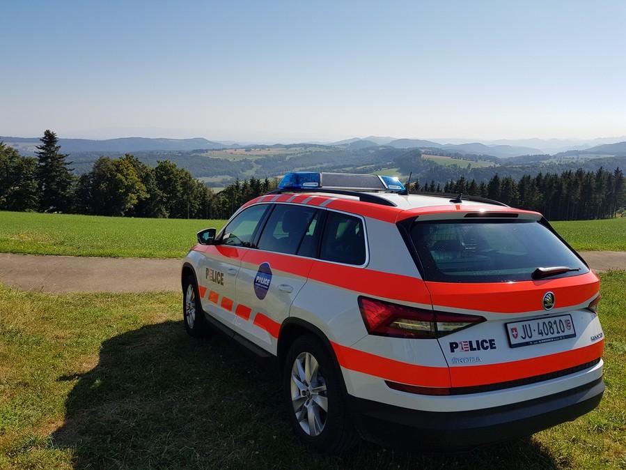 Die Bediensteten sorgen für die Einhaltung der öffentlichen Ordnung und die Durchsetzung von Gesetzen. Auch die Aufklärung und Verhütung von Straftaten zählen zu den Aufgaben der Kantonspolizei. (Bildquelle: Kapo Jura)