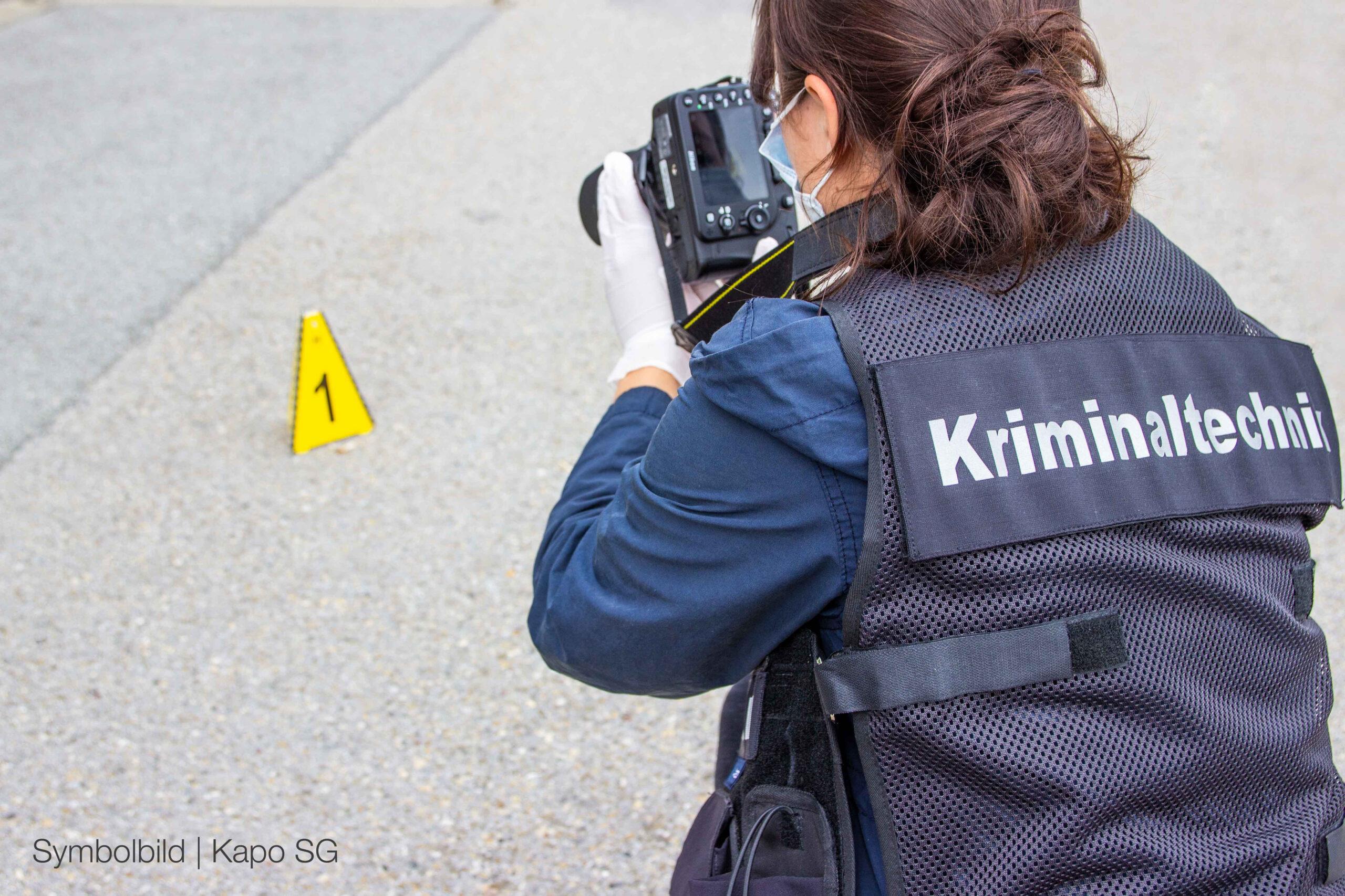 Der kriminaltechnische Dienst bei der Arbeit (Bildquelle: Kapo St.Gallen)